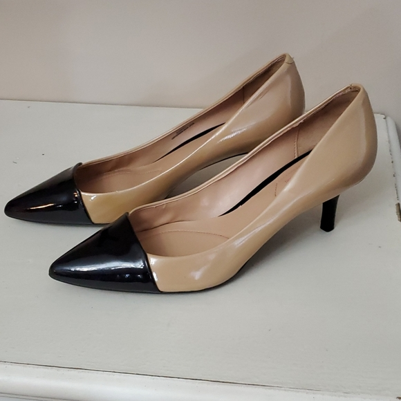 Isaac Mizrahi tan & black heels size 9M